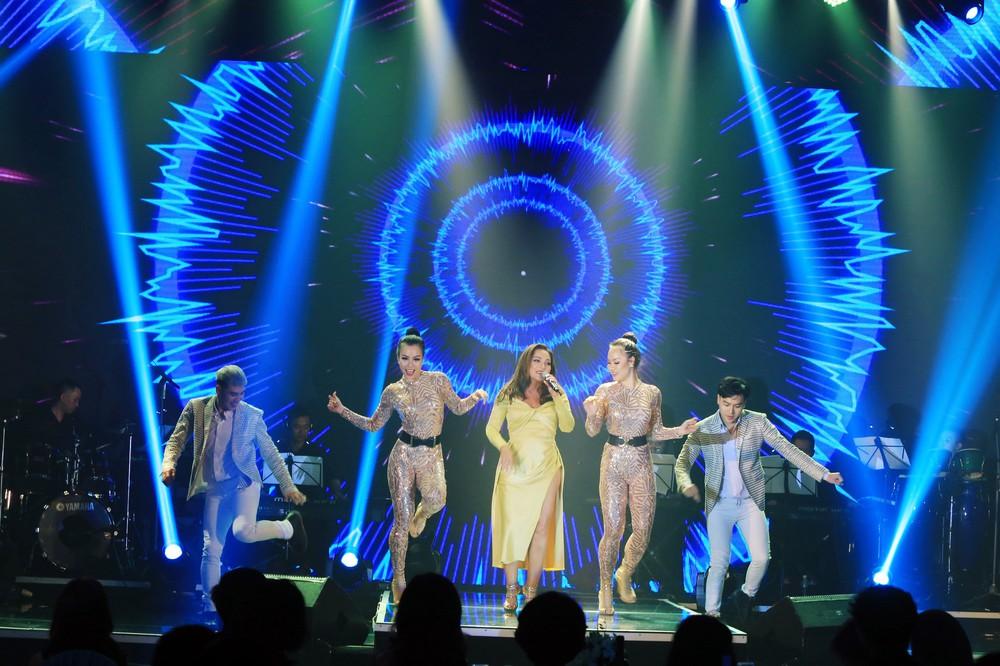 Ca sĩ Thanh Hà nóng bỏng hút mắt trên sân khấu - Ảnh 1.