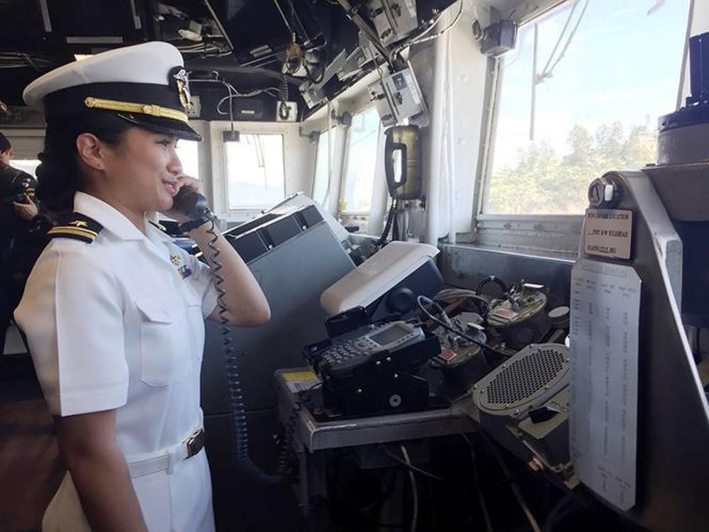 Những bóng hồng trên tàu sân bay Mỹ USS Carl Vinson - Ảnh 14.