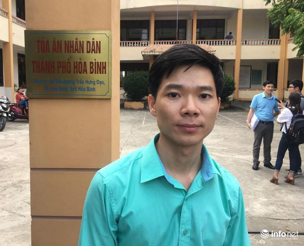 Người dân đội nắng nóng chờ được bắt tay, động viên bác sỹ Hoàng Công Lương - Ảnh 1.