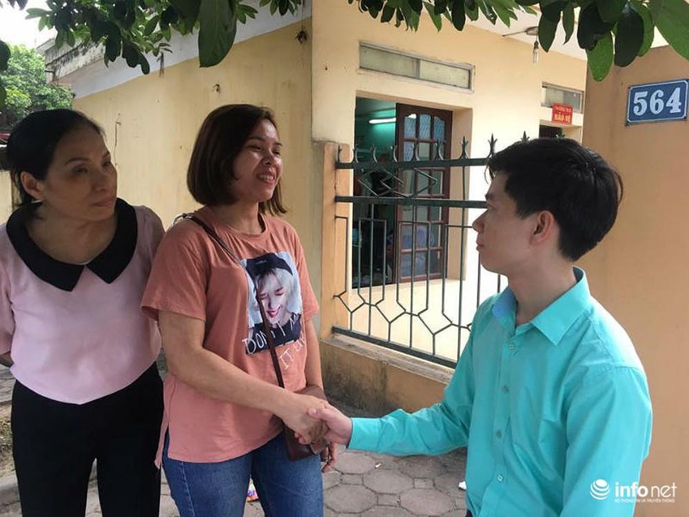 Người dân đội nắng nóng chờ được bắt tay, động viên bác sỹ Hoàng Công Lương - Ảnh 2.