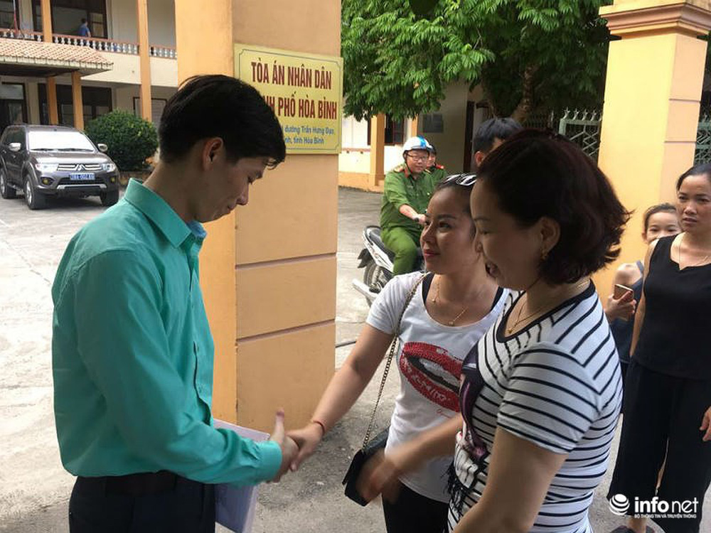 Người dân đội nắng nóng chờ được bắt tay, động viên bác sỹ Hoàng Công Lương - Ảnh 5.