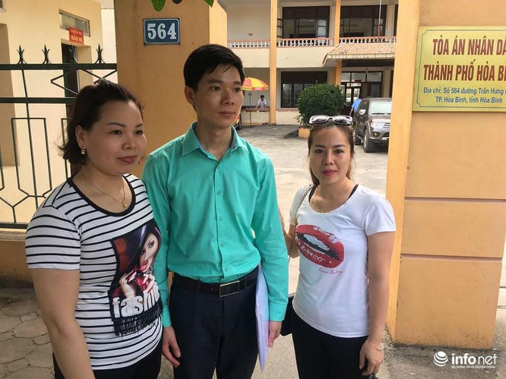 Người dân đội nắng nóng chờ được bắt tay, động viên bác sỹ Hoàng Công Lương - Ảnh 6.