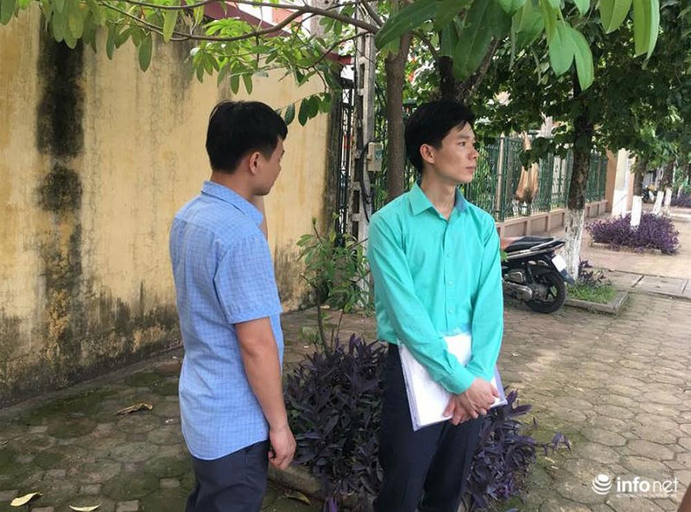 Người dân đội nắng nóng chờ được bắt tay, động viên bác sỹ Hoàng Công Lương - Ảnh 7.