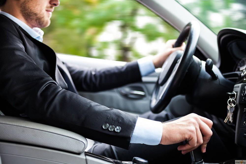 Cho đồng nghiệp nữ đi nhờ xe, chồng lập tức đối mặt với lời đề nghị ly hôn từ vợ - Ảnh 1.