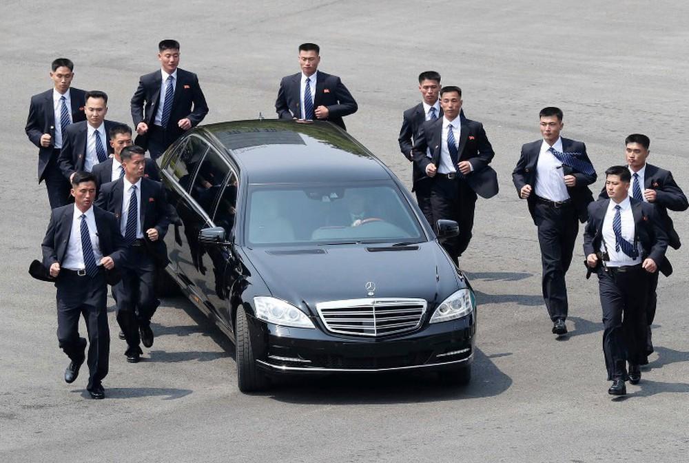 Đọ dàn vệ sĩ người thép chạy bộ của ông Kim với đội đặc vụ lấy thân đỡ đạn của ông Trump - Ảnh 1.