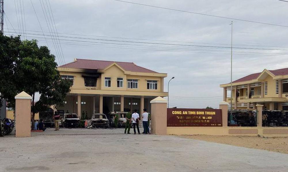 Khám nghiệm hiện trường vụ hàng nghìn người tụ tập gây rối, đập phá ở Bình Thuận - Ảnh 1.