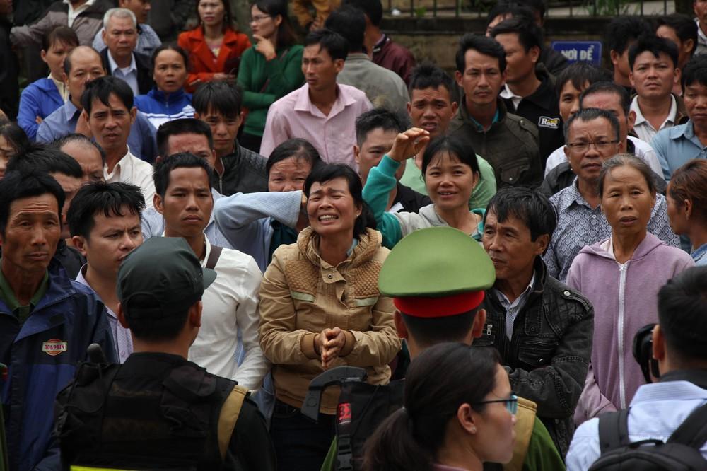Người thân quỳ lạy khi tòa tuyên y án tử hình Đặng Văn Hiến vì nổ súng làm chết 3 người - Ảnh 2.