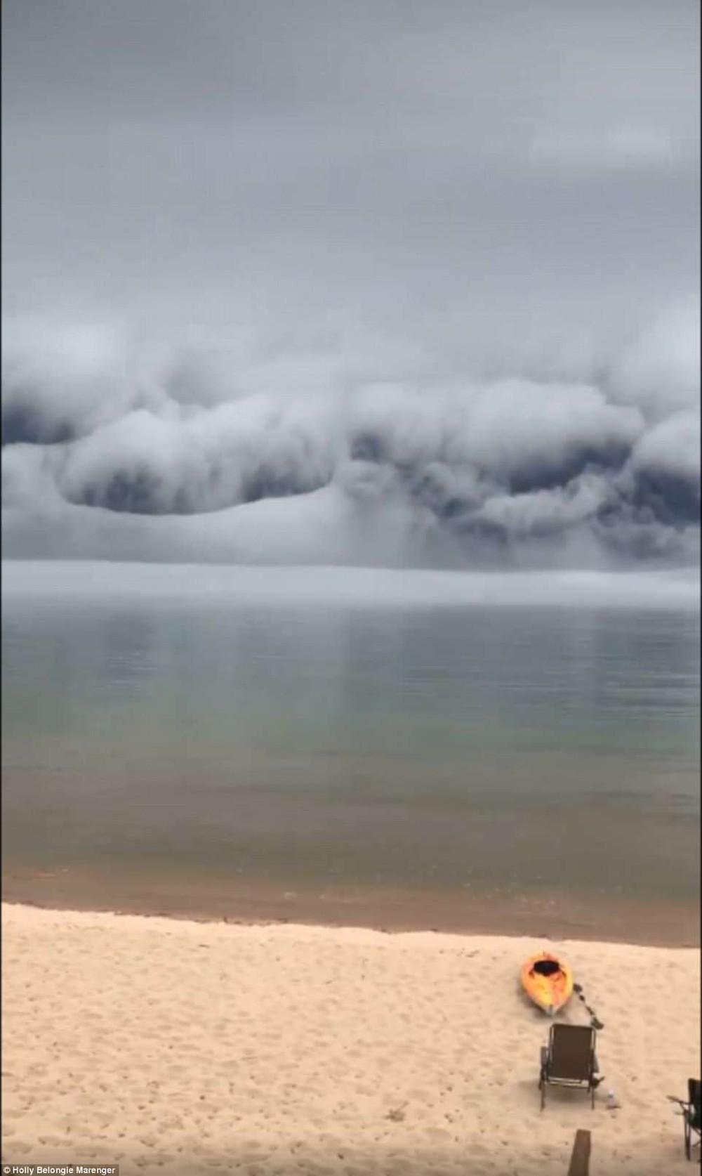Cảnh tượng mây sóng thần khổng lồ làm giảm 11 độ C ở Michigan là gì? - Ảnh 4.