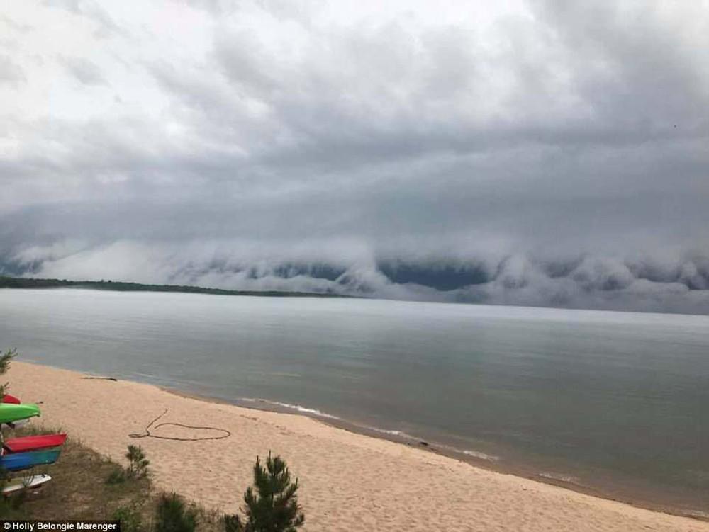 Cảnh tượng mây sóng thần khổng lồ làm giảm 11 độ C ở Michigan là gì? - Ảnh 5.
