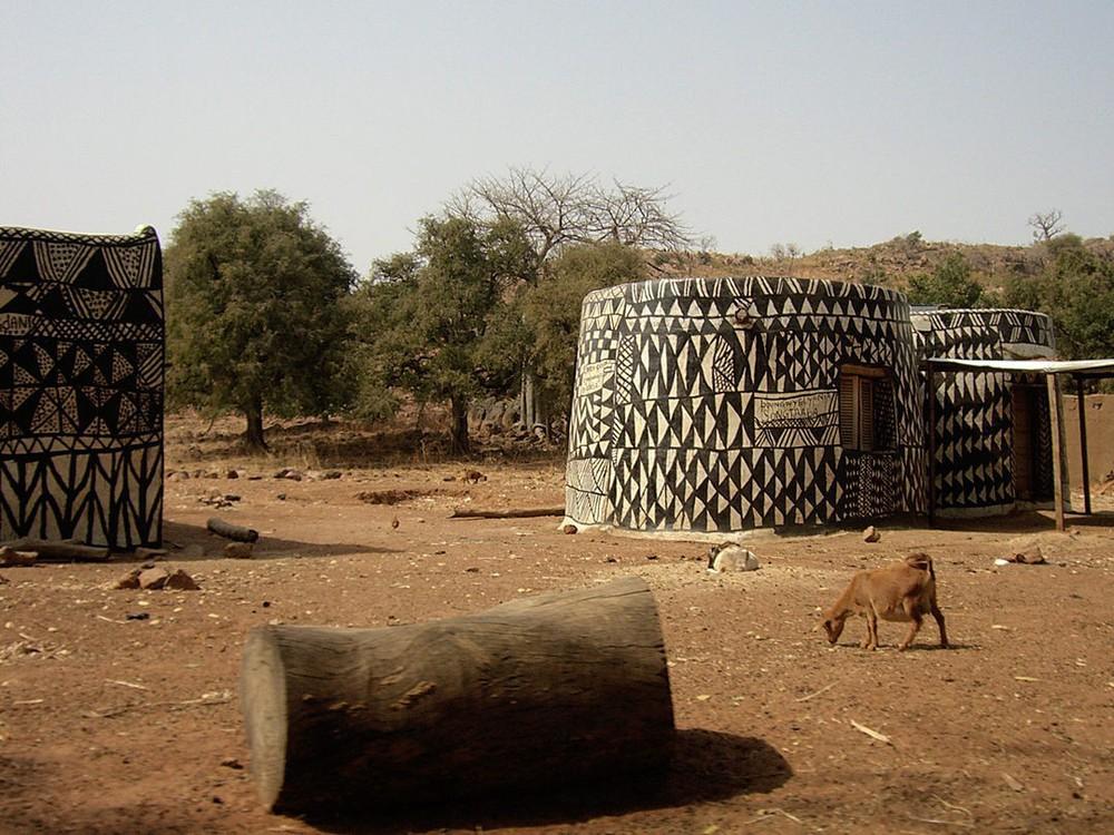 Tiébélé: Ngôi làng cổ được tạo nên từ phân bò, từng căn nhà đều là tác phẩm nghệ thuật tuyệt vời - Ảnh 4.
