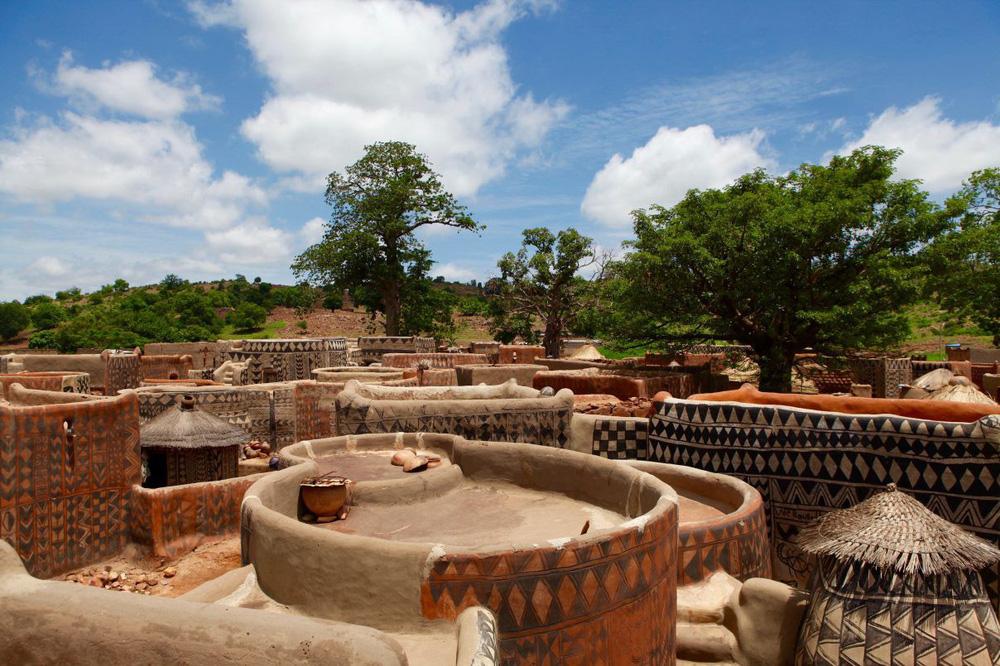 Tiébélé: Ngôi làng cổ được tạo nên từ phân bò, từng căn nhà đều là tác phẩm nghệ thuật tuyệt vời - Ảnh 5.