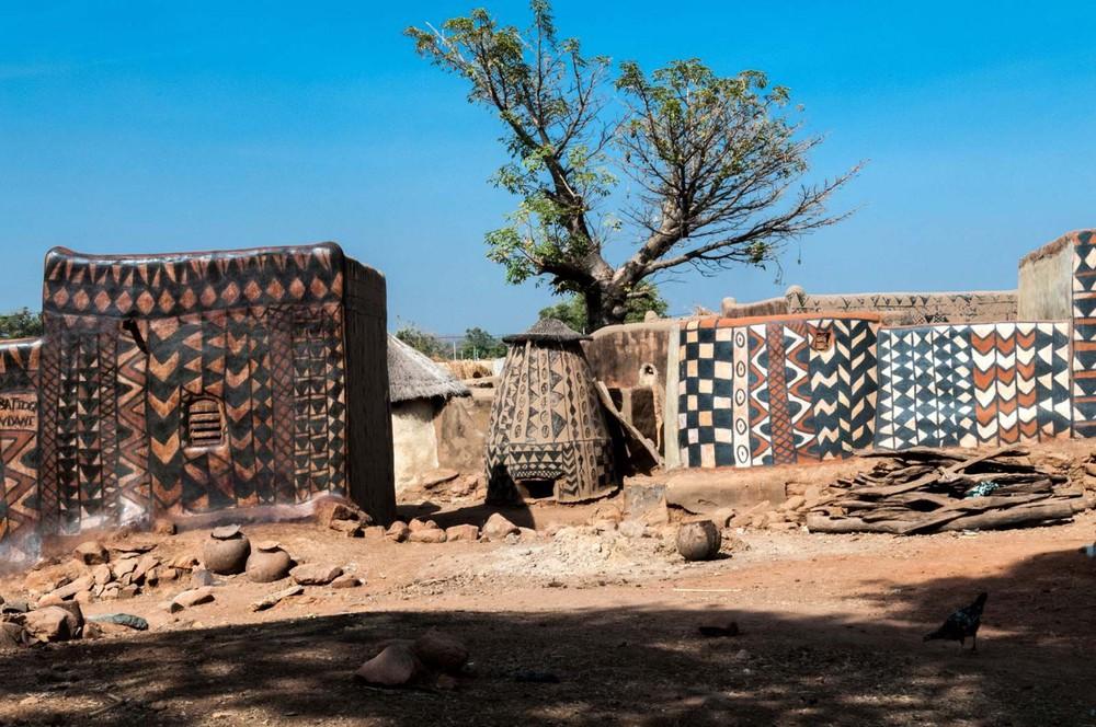 Tiébélé: Ngôi làng cổ được tạo nên từ phân bò, từng căn nhà đều là tác phẩm nghệ thuật tuyệt vời - Ảnh 6.