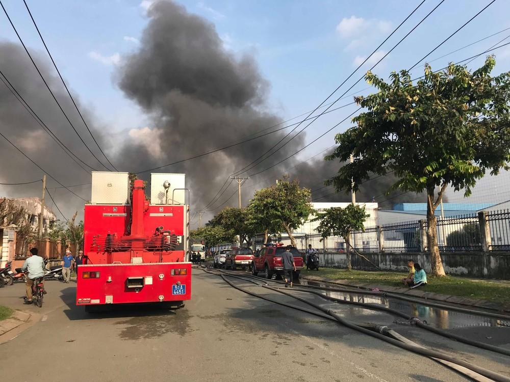 Đang cháy lớn tại KCN Nhị Xuân, khói lửa bốc cao hàng chục mét - Ảnh 4.