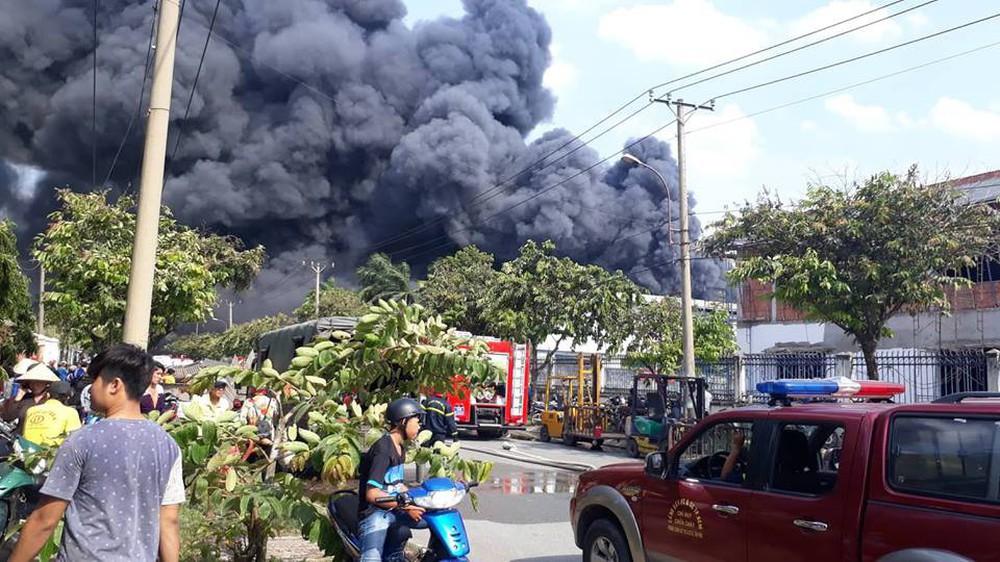 Đang cháy lớn tại KCN Nhị Xuân, khói lửa bốc cao hàng chục mét - Ảnh 2.