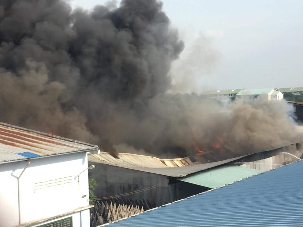 Đang cháy lớn tại KCN Nhị Xuân, khói lửa bốc cao hàng chục mét - Ảnh 3.