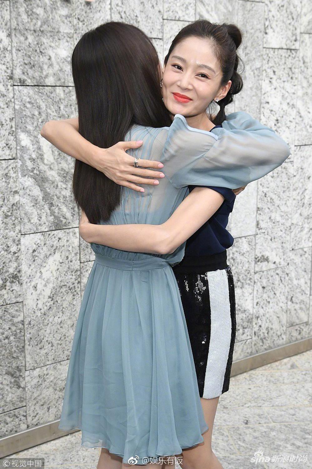 Hai Phú Sát Hoàng Hậu Tần Lam - Đổng Khiết đụng độ nhan sắc: Người như tiên nữ, kẻ lộ già nua - Ảnh 17.