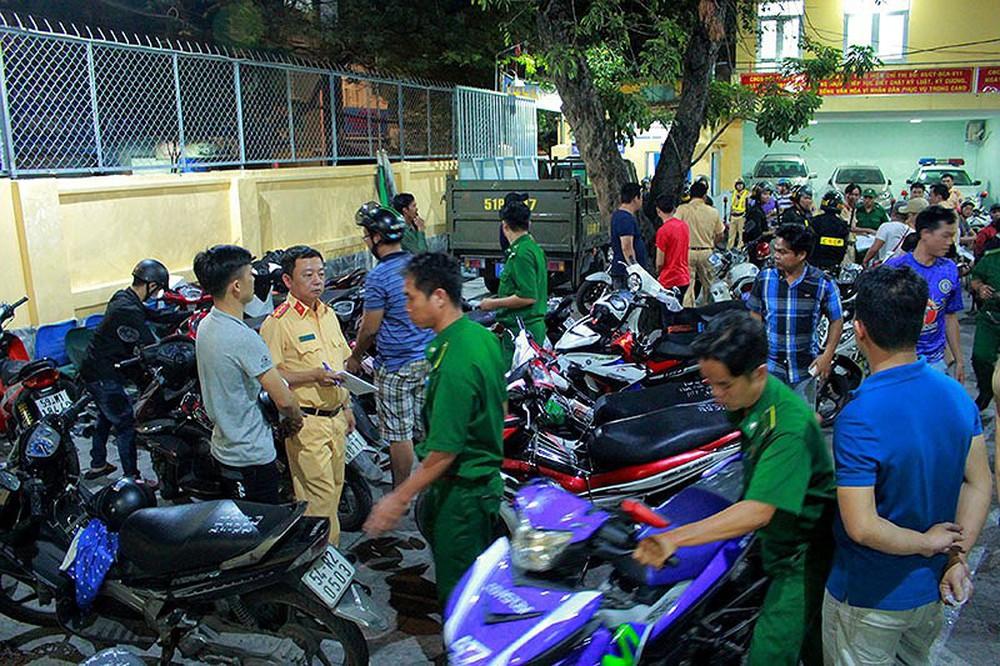 Cảnh sát TP.HCM xử lý nhiều thanh niên cổ vũ quá khích - Ảnh 7.