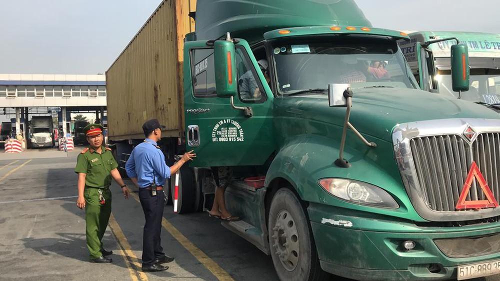 Công an kiểm tra bất ngờ, phát hiện 2 tài xế dương tính với chất ma túy trong cảng Cát Lái - Ảnh 2.