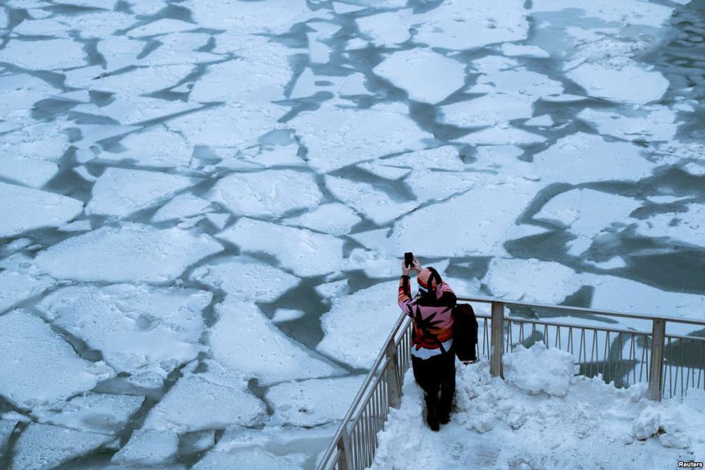 24h qua ảnh: Hàng triệu người Trung Quốc hối hả chờ tàu về quê ăn Tết - Ảnh 7.