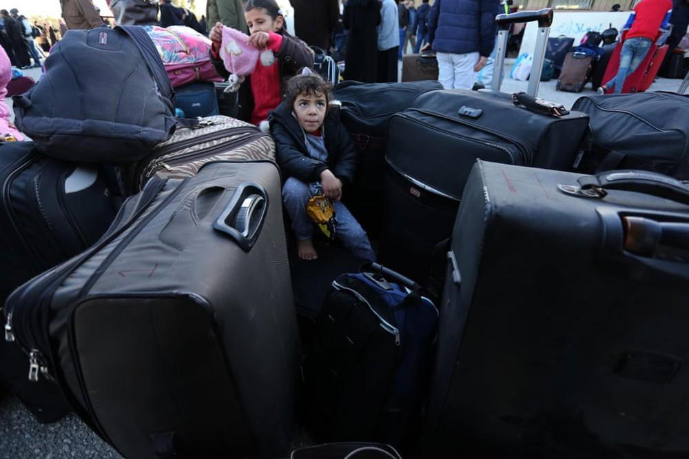 24h qua ảnh: Hàng triệu người Trung Quốc hối hả chờ tàu về quê ăn Tết - Ảnh 8.