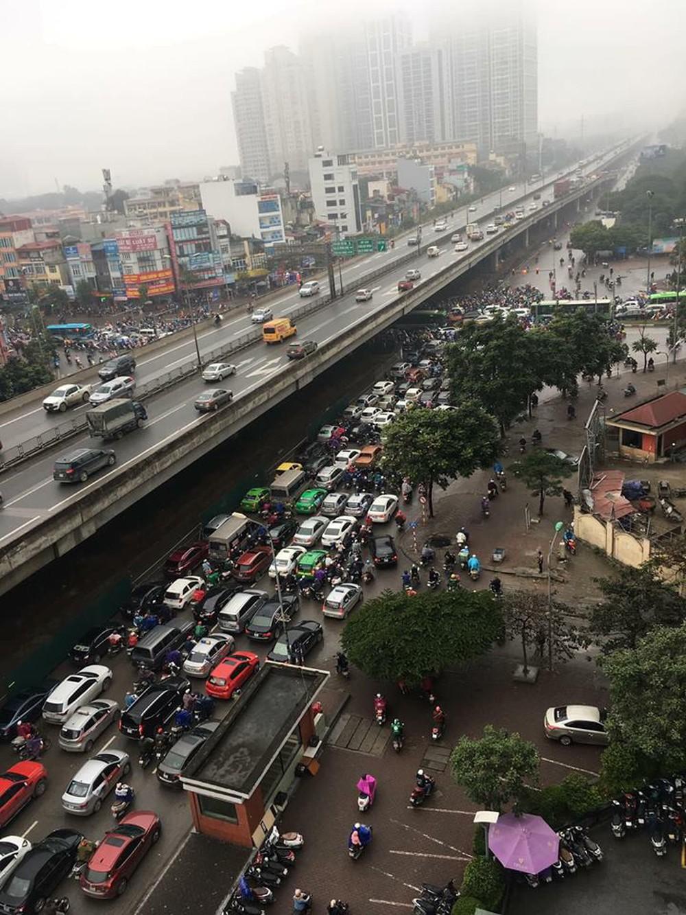 Tắc đường kinh hoàng ở Hà Nội sáng nay: Qua 20 cái đèn xanh rồi mà vẫn không thể di chuyển - Ảnh 7.