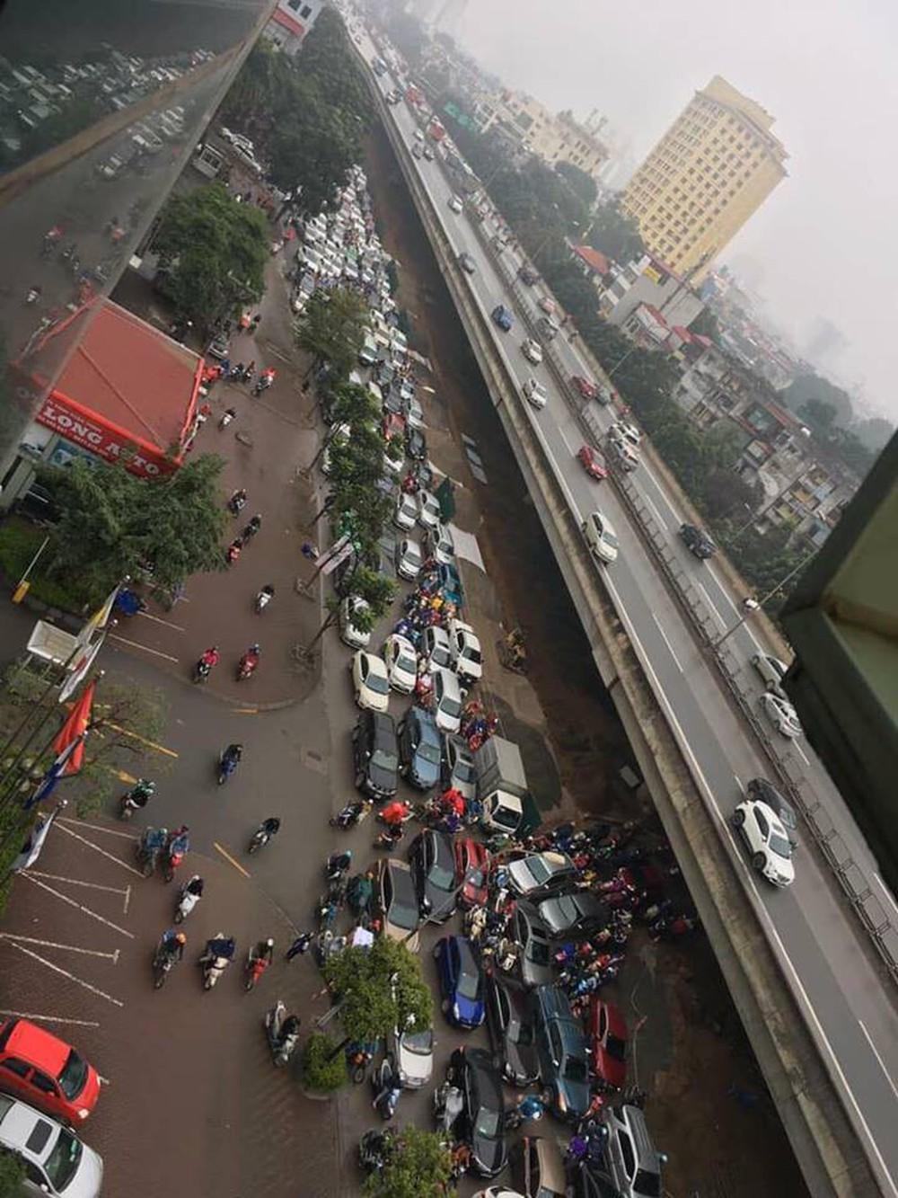 Tắc đường kinh hoàng ở Hà Nội sáng nay: Qua 20 cái đèn xanh rồi mà vẫn không thể di chuyển - Ảnh 8.