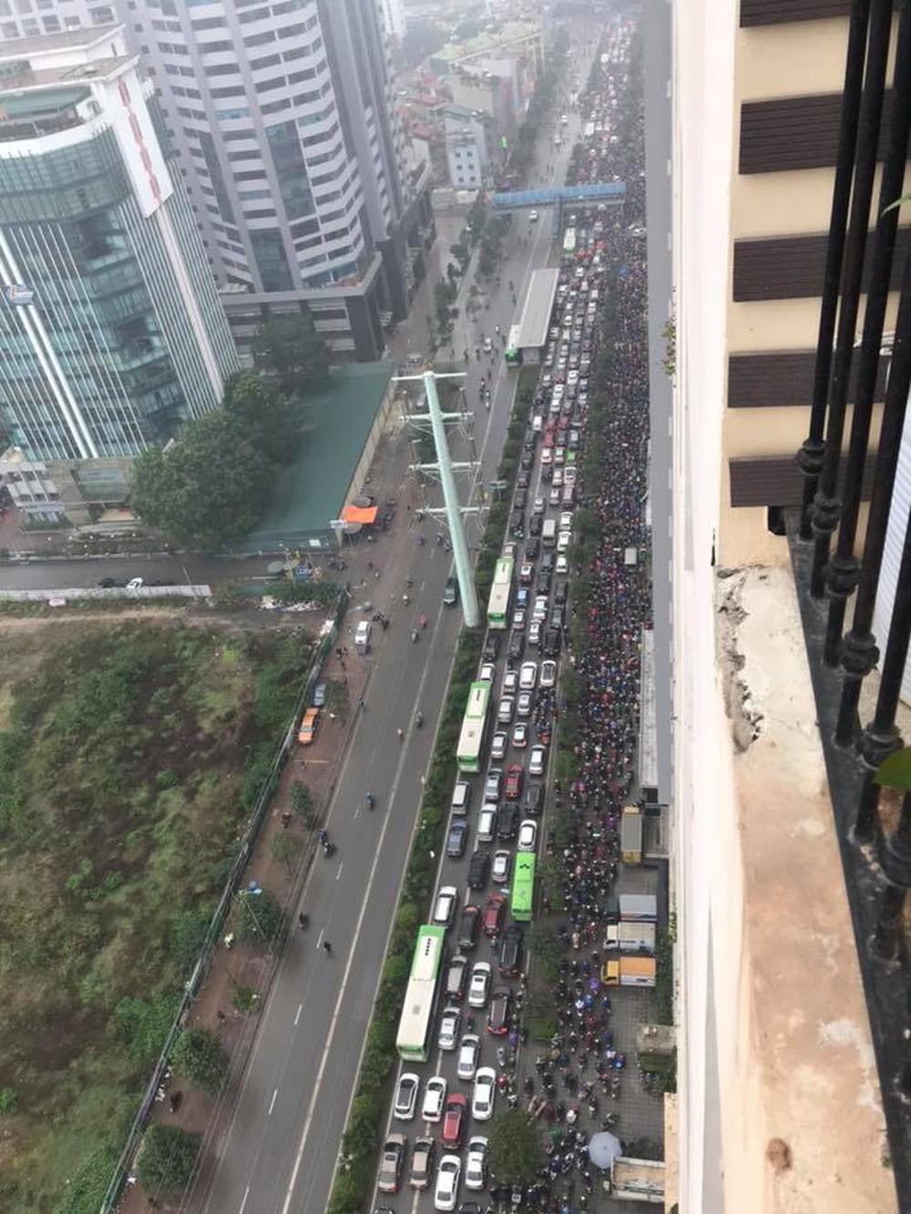 Tắc đường kinh hoàng ở Hà Nội sáng nay: Qua 20 cái đèn xanh rồi mà vẫn không thể di chuyển - Ảnh 4.