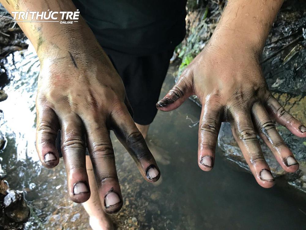 Dòng suối đầu nguồn nhà máy nước sông Đà: Dầu thải đặc quánh, đổ qua phễu to cũng không chảy được - Ảnh 12.