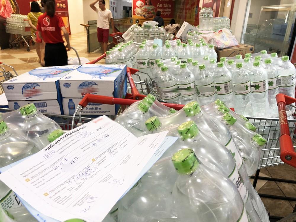 Cảnh tượng chưa từng thấy ở siêu thị Hà Nội sau tin nhà máy nước sông Đà cắt nước - Ảnh 5.