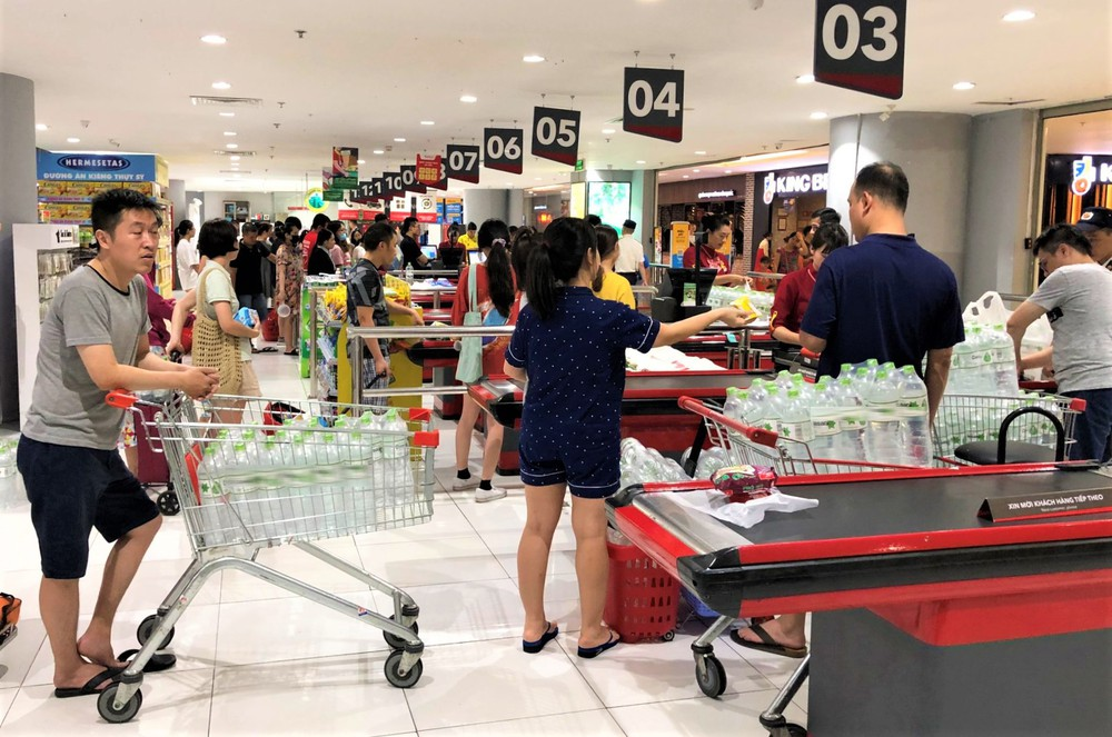 Cảnh tượng chưa từng thấy ở siêu thị Hà Nội sau tin nhà máy nước sông Đà cắt nước - Ảnh 4.