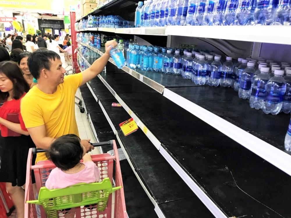 Cảnh tượng chưa từng thấy ở siêu thị Hà Nội sau tin nhà máy nước sông Đà cắt nước - Ảnh 7.