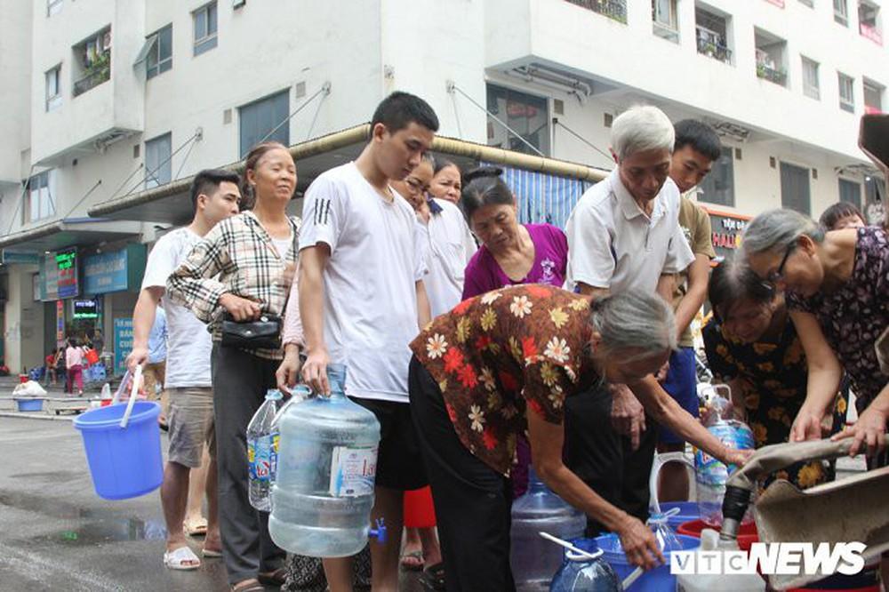 Doanh nghiệp thừa nhận dùng xe chở nước tưới cây đưa nước sạch miễn phí cho dân Hà Nội - Ảnh 1.