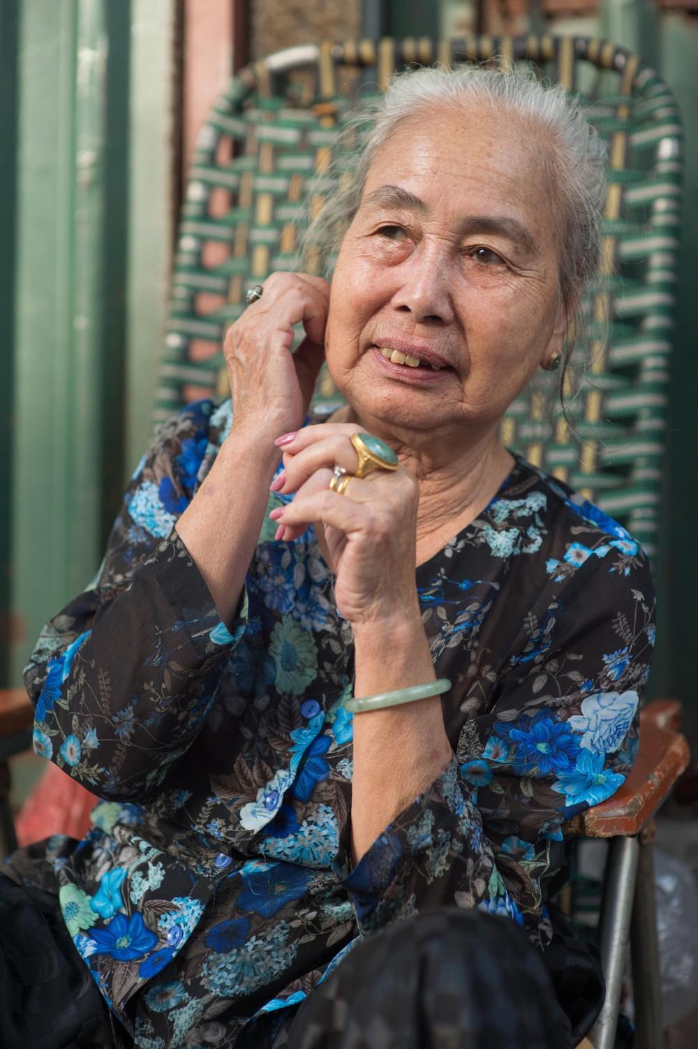 Triết lý sung sướng phụ nữ hiện đại nào cũng phải học từ cụ bà 81 tuổi bán hoa gói lá 70 năm ở góc chợ Đồng Xuân - Ảnh 15.