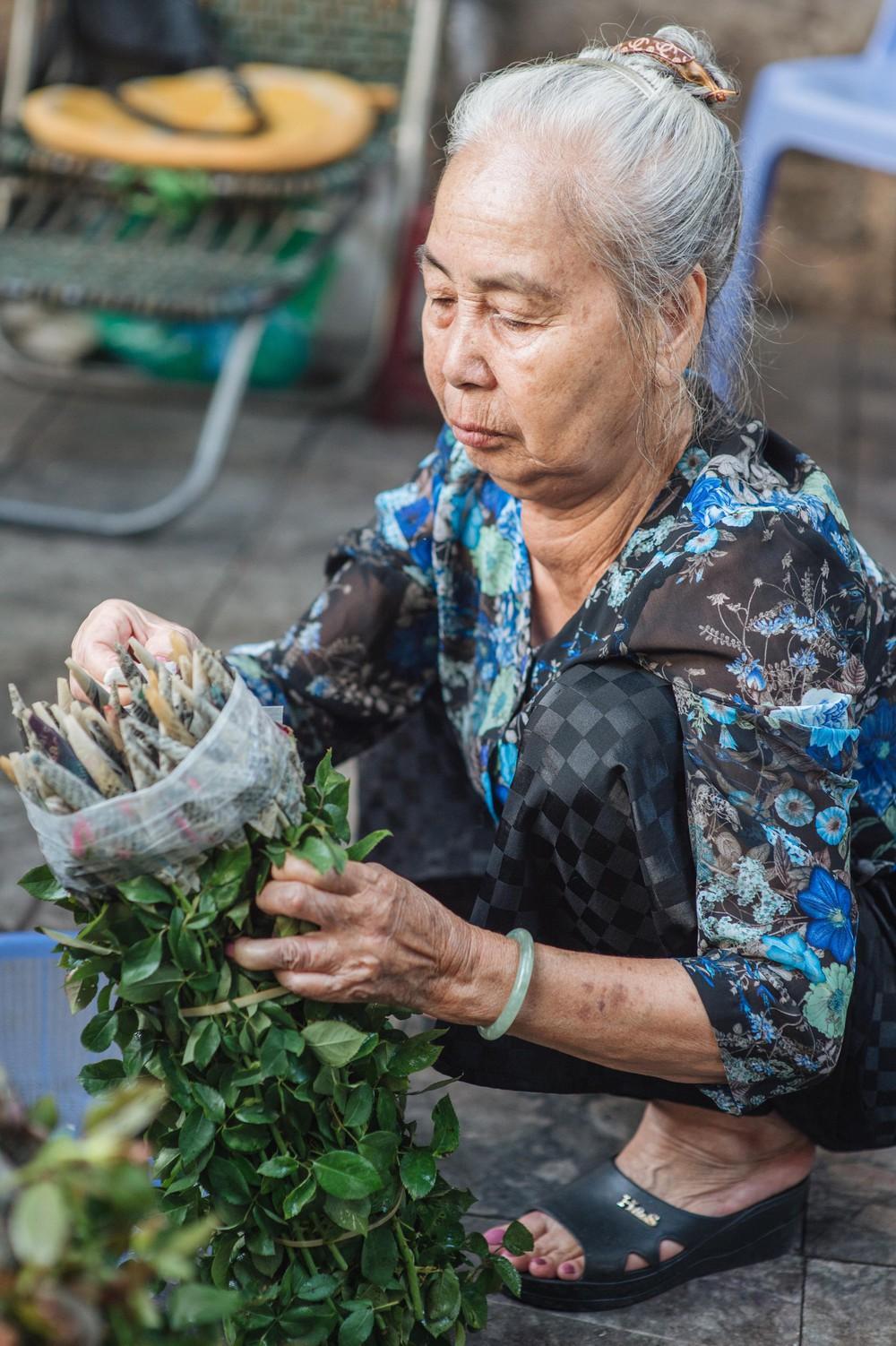 Triết lý sung sướng phụ nữ hiện đại nào cũng phải học từ cụ bà 81 tuổi bán hoa gói lá 70 năm ở góc chợ Đồng Xuân - Ảnh 16.