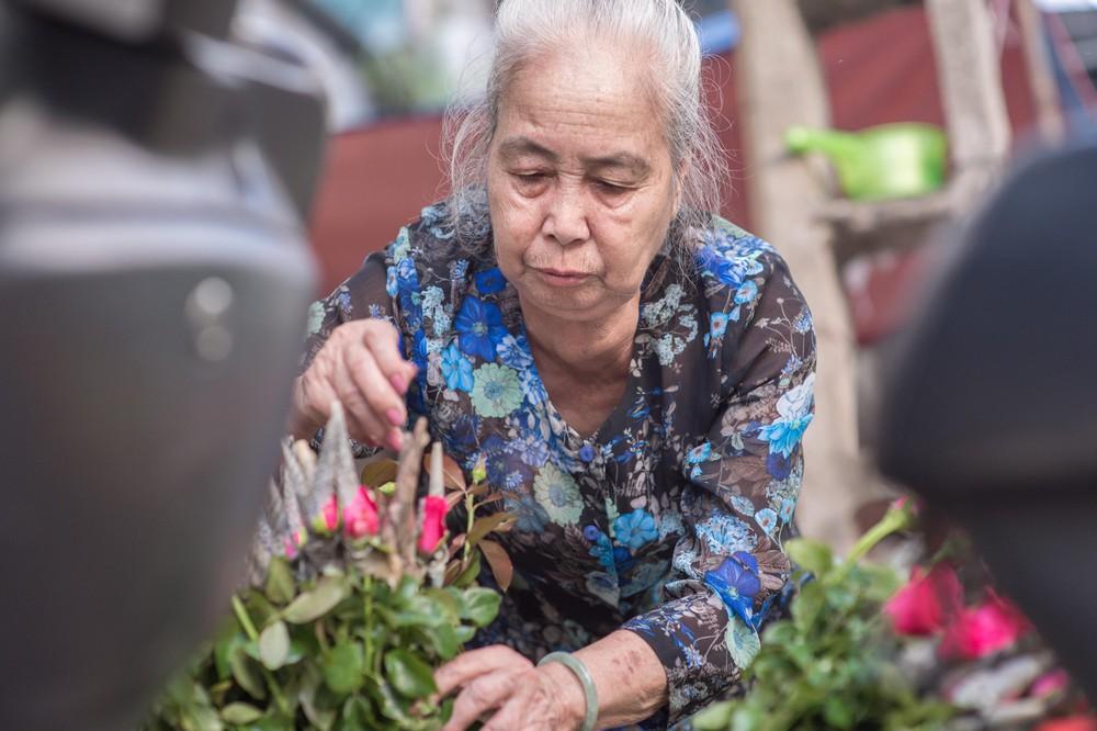 Triết lý sung sướng phụ nữ hiện đại nào cũng phải học từ cụ bà 81 tuổi bán hoa gói lá 70 năm ở góc chợ Đồng Xuân - Ảnh 17.