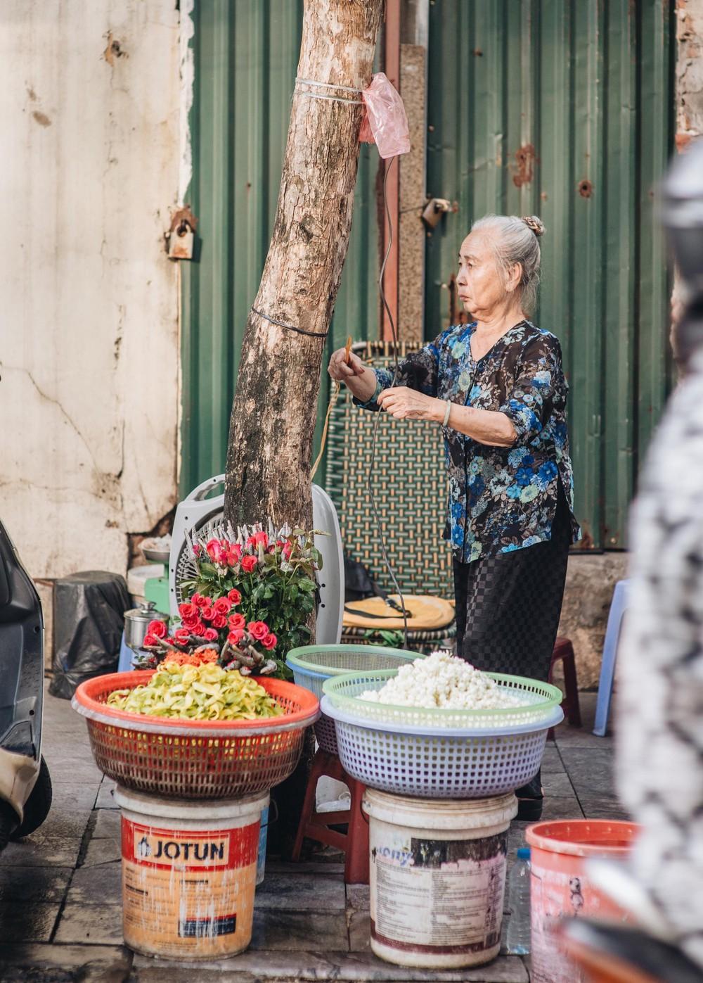 Triết lý sung sướng phụ nữ hiện đại nào cũng phải học từ cụ bà 81 tuổi bán hoa gói lá 70 năm ở góc chợ Đồng Xuân - Ảnh 19.
