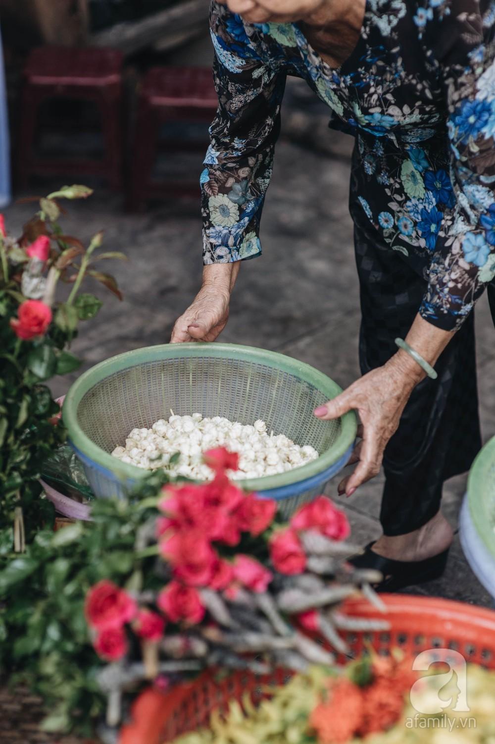 Triết lý sung sướng phụ nữ hiện đại nào cũng phải học từ cụ bà 81 tuổi bán hoa gói lá 70 năm ở góc chợ Đồng Xuân - Ảnh 3.