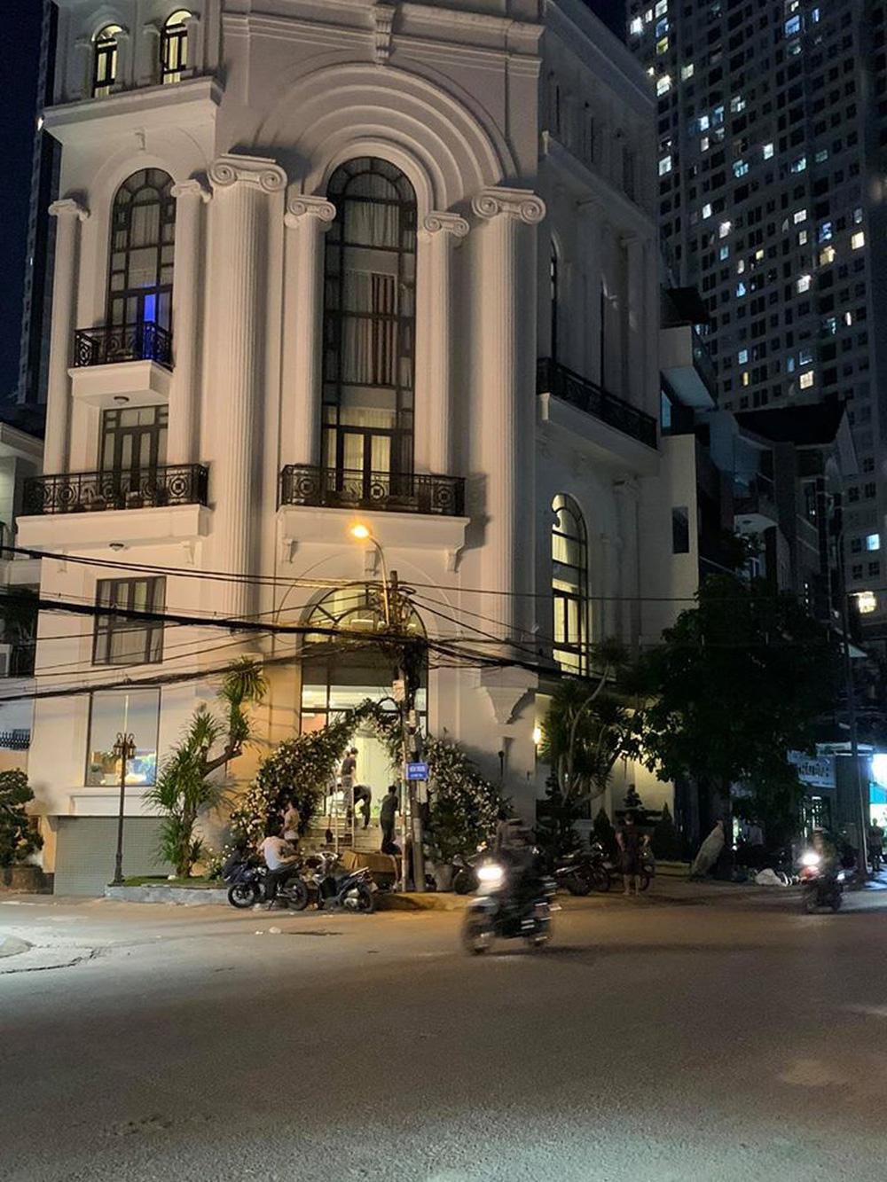 Biệt thự mặt phố của gia đình Bảo Thy đang được trang hoàng cho ngày trọng đại - Ảnh 2.