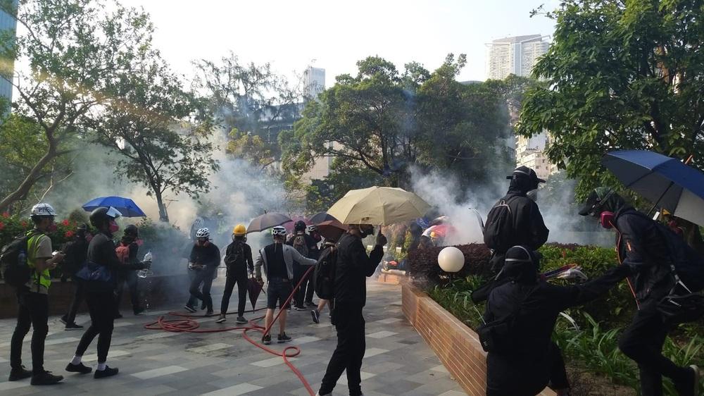 Hong Kong chìm trong bạo lực và hỗn loạn: Thêm một người thiệt mạng thương tâm, quan chức họp khẩn trong đêm - Ảnh 1.