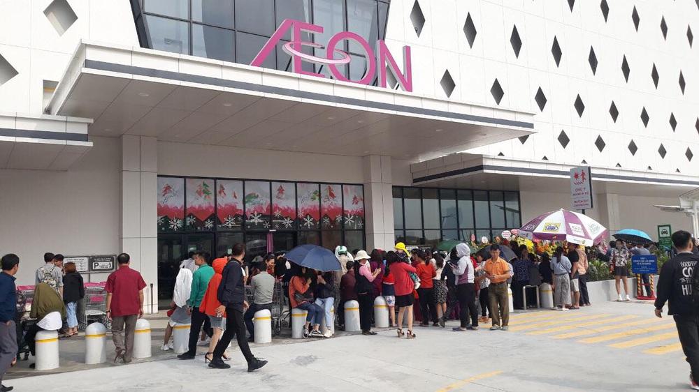 Người dân Hà Nội bỏ làm đổ xô về Aeon Mall Hà Đông trong ngày đầu khai trương - Ảnh 5.