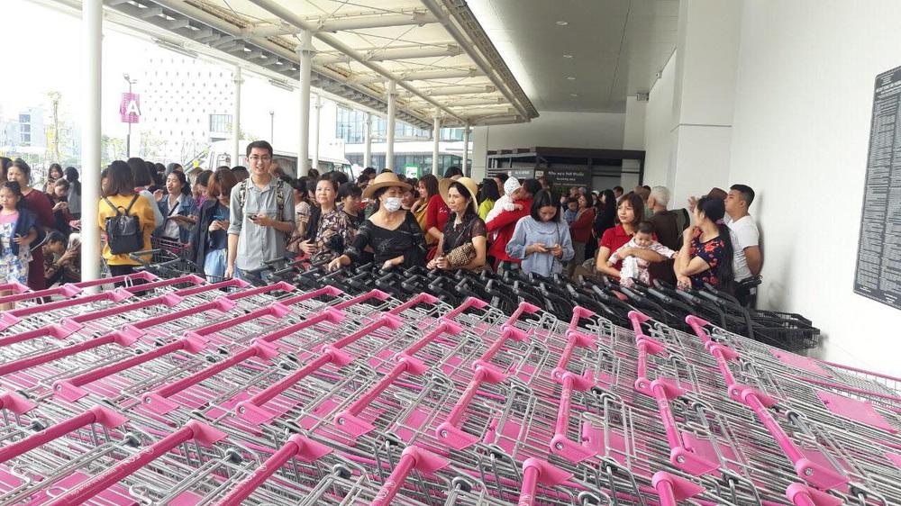 Người dân Hà Nội bỏ làm đổ xô về Aeon Mall Hà Đông trong ngày đầu khai trương - Ảnh 12.