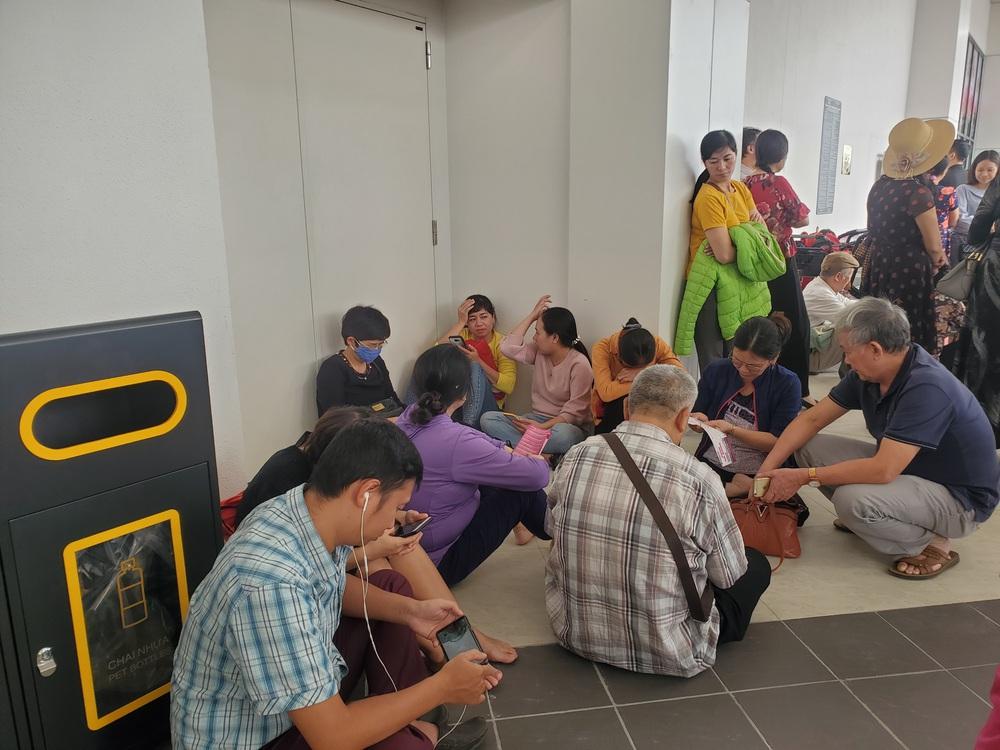 Người dân Hà Nội bỏ làm đổ xô về Aeon Mall Hà Đông trong ngày đầu khai trương - Ảnh 1.