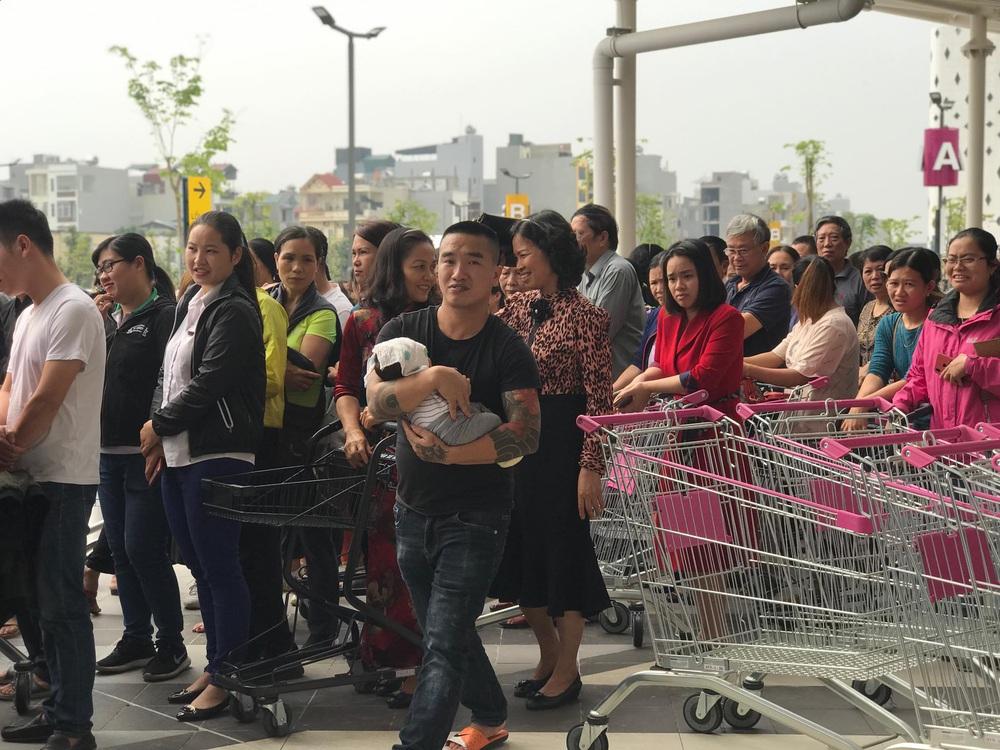 Người dân Hà Nội bỏ làm đổ xô về Aeon Mall Hà Đông trong ngày đầu khai trương - Ảnh 7.