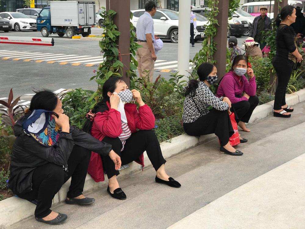 Người dân Hà Nội bỏ làm đổ xô về Aeon Mall Hà Đông trong ngày đầu khai trương - Ảnh 2.