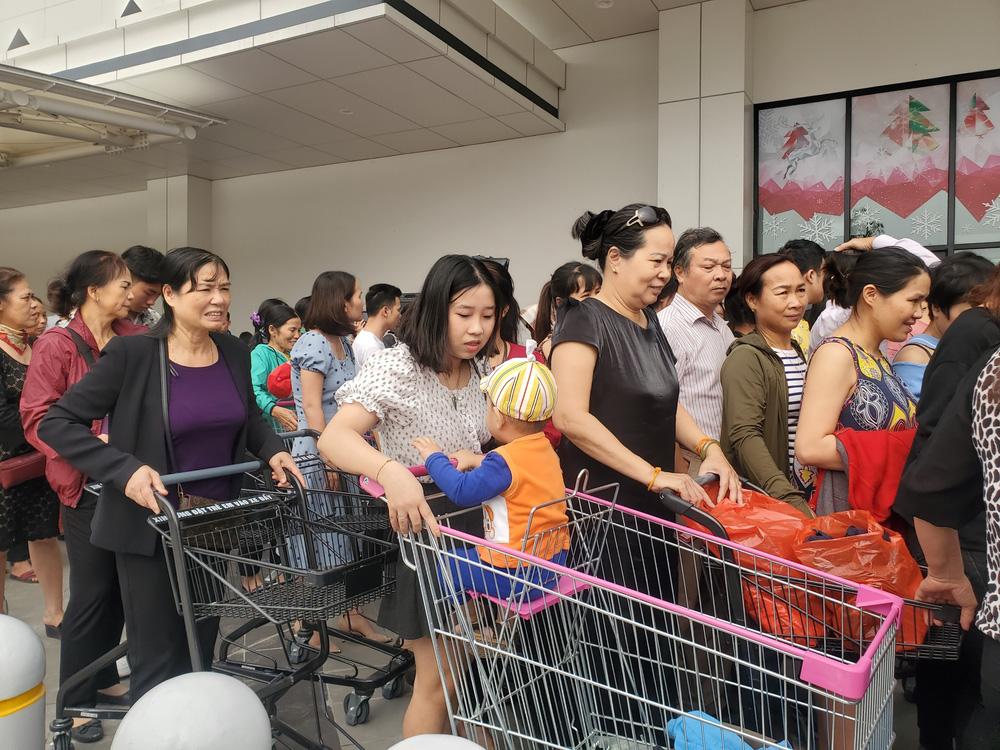 Người dân Hà Nội bỏ làm đổ xô về Aeon Mall Hà Đông trong ngày đầu khai trương - Ảnh 4.