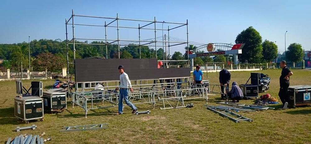 Lắp hàng loạt màn hình cỡ lớn ở Nghệ An và Hà Tĩnh để cổ vũ U22 Việt Nam - Ảnh 1.