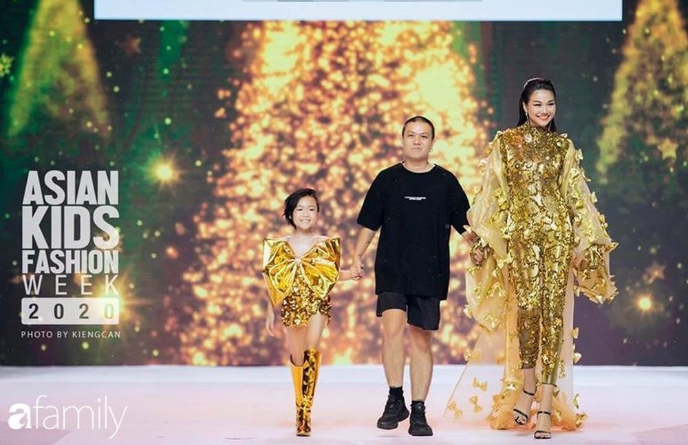 Khánh An - mẫu nhí 8 tuổi với màn catwalk thần sầu gây bão MXH và nỗi lo của người mẹ có con gái vào nghề showbiz từ quá sớm - Ảnh 2.