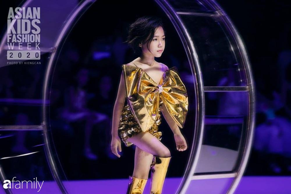 Khánh An - mẫu nhí 8 tuổi với màn catwalk thần sầu gây bão MXH và nỗi lo của người mẹ có con gái vào nghề showbiz từ quá sớm - Ảnh 4.