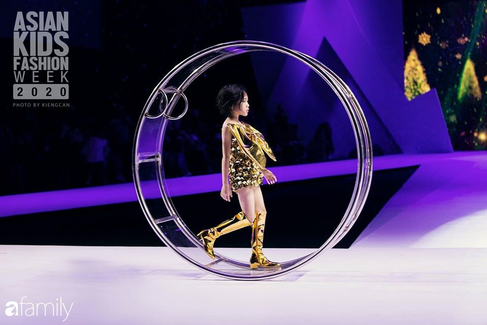 Khánh An - mẫu nhí 8 tuổi với màn catwalk thần sầu gây bão MXH và nỗi lo của người mẹ có con gái vào nghề showbiz từ quá sớm - Ảnh 5.