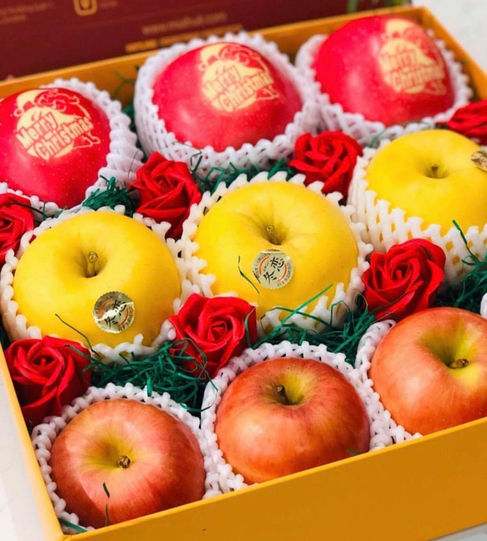 Táo đỏ Nhật Bản giá gần 500.000 đồng in chữ Noel hút khách - Ảnh 1.